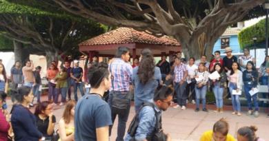 """Jóvenes del programa """"Construyendo el Futuro"""" denuncian que regidores del Ayuntamiento de Comitán acaparan las becas"""
