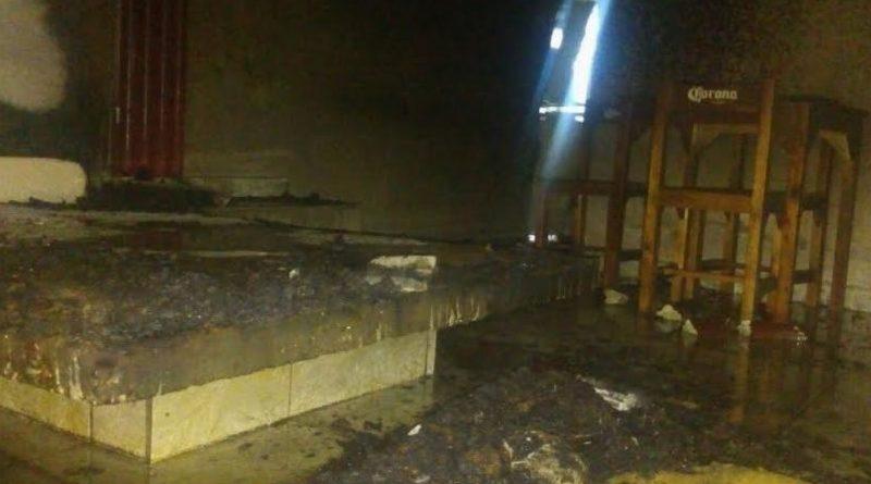 Arde cuarto de hotel mientras cliente dormía
