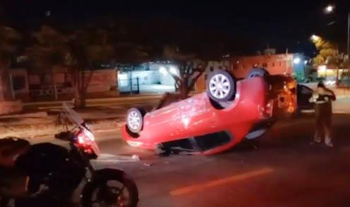 Vuelca tras colisionar contra otro vehículo
