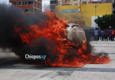 Normalistas queman a Pablo