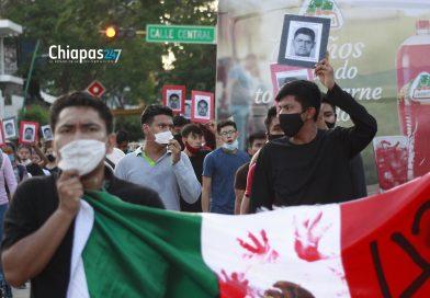 Marchan a seis años de la desaparición forzada de los 43 de Ayotzinapa